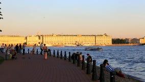 人们沿码头走在彼得和保罗堡垒附近 冬天宫殿视图 影视素材