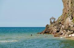 人们游泳和获得乐趣在海滩 免版税图库摄影