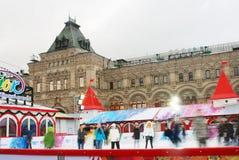 人们滑冰在红场的,莫斯科。 库存图片