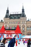 人们滑冰在红场的,莫斯科。 库存照片
