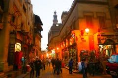 人们漫步在老fatemid开罗,埃及 库存照片