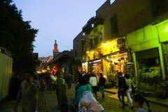 人们漫步在老fatemid开罗,埃及 库存图片