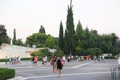 人们漫步在雅典,希腊街道  免版税库存图片