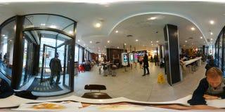 人们点在咖啡馆的快餐 库存照片