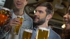 人们用发表祝贺讲话的啤酒在生日宴会,庆祝 股票视频
