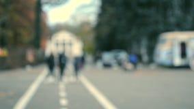 人们由城市广场走 慢慢地走的人们放松在镇 影视素材