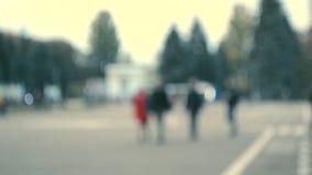 人们由城市广场走 慢慢地走的人们放松在镇 股票录像