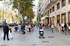 人们由巴塞罗那街道街市每日走 免版税库存照片
