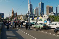 人们由有市中心大厦的街道走在背景在墨尔本,澳大利亚 免版税库存图片