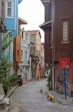 人们由狭窄的街道走在伊斯坦布尔,土耳其 库存照片