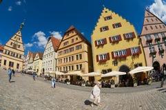 人们由集市广场走在Rothenburg Ob Der陶伯,德国 库存照片