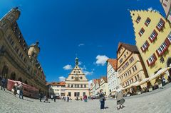 人们由集市广场走在Rothenburg Ob Der陶伯,德国 免版税库存图片