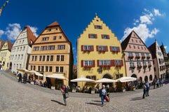 人们由集市广场走在Rothenburg Ob Der陶伯,德国 库存图片