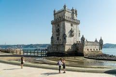 人们由Torre de贝拉母-里斯本走, Portu著名地标  库存照片