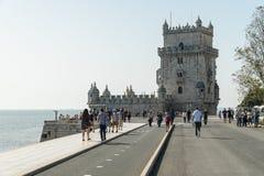 人们由Torre de贝拉母-里斯本走, Portu著名地标  免版税库存照片