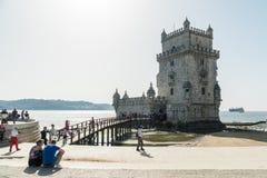 人们由Torre de贝拉母-里斯本走, Portu著名地标  库存图片