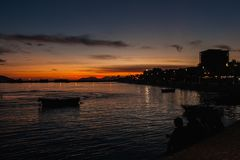 人们看在亚得里亚和爱奥尼亚海的美好的日落 库存图片