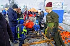 人们看18世纪的西伯利亚射手和哥萨克人的古老武器 免版税库存图片