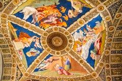 人们祈祷尺侧皮里面的梵蒂冈 免版税库存图片