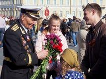 人们祝贺战争的退伍军人 免版税图库摄影