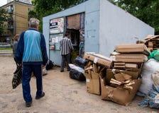 人们移交在回收中心,沃罗涅日的破烂物 库存照片