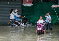 人们移动一条被充斥的街道,泰国 免版税库存图片