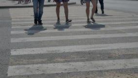 人们穿过在一条行人交叉路的路 影视素材