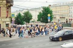 人们穿过街道在一条行人交叉路 彼得斯堡俄国st 免版税库存图片