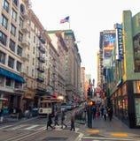 人们穿过路到旧金山 法雷尔街 美国 春天2015年 免版税库存图片