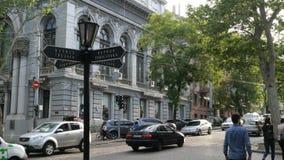 人们穿过路在汽车之间的红灯在希腊人和Pushkinskaya街道的交叉点 股票录像