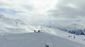 人们站立在山顶部在小山,空中射击4k下的freeride前 股票视频