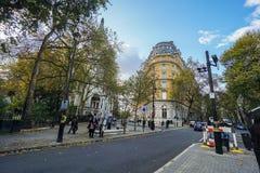 人们站立在穿过的路小径靠近金黄周年纪念桥梁在伦敦 库存图片