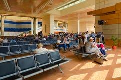 人们等待在Sharm El谢赫,埃及国际机场离开大厅里上  免版税库存图片