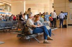 人们等待在Sharm El谢赫,埃及国际机场离开大厅里上  免版税库存照片