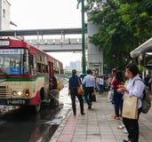 人们等待并且进入公共汽车在chatuchak公园区域  图库摄影