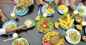 人们编组吃健康素食食物油罐顶部角钢视图,谈的朋友坐在表上的通信 影视素材