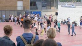 人们编组完成在夏天舞池上的快乐的舞蹈 股票视频