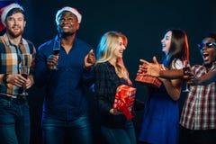 人们获得乐趣在圣诞晚会 图库摄影
