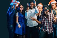 人们获得乐趣在圣诞晚会 免版税库存图片