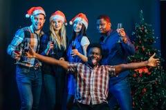 人们获得乐趣在圣诞晚会 免版税图库摄影