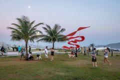 人们获得乐趣在日落在庭院在海洋出水口Emissario Submarino -桑托斯,圣保罗,巴西 库存图片