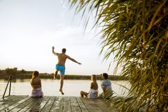 人们获得乐趣在湖在一个夏日 免版税库存照片