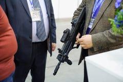 人们观看自动武器在陈列 免版税库存图片