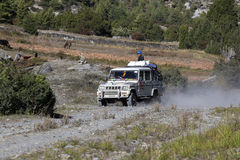 人们设法到达他们的目的地,驾驶通过在安纳布尔纳峰迁徙的道路的山路 喜马拉雅山尼泊尔 库存图片