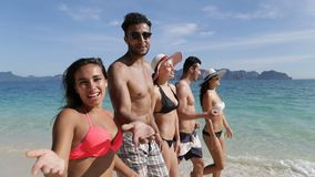人们谈话与走在海滩愉快微笑,年轻游人小组通信美好的风景的您 股票录像