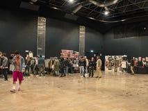 人们购物在葡萄酒东部市场上在米兰 免版税库存图片