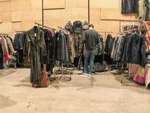 人们购物在葡萄酒东部市场上 免版税库存图片