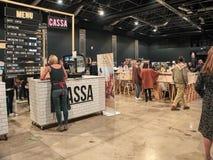 人们购物在葡萄酒东部市场上 免版税图库摄影