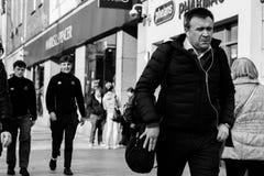 人们购物在黄柏的帕特里克街上的,商店的,街道执行者,餐馆大街;拍摄在黑白照片 免版税图库摄影