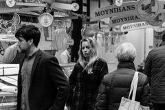 人们购物在黄柏的帕特里克街上的,商店的,街道执行者,餐馆大街;拍摄在黑白照片 库存图片